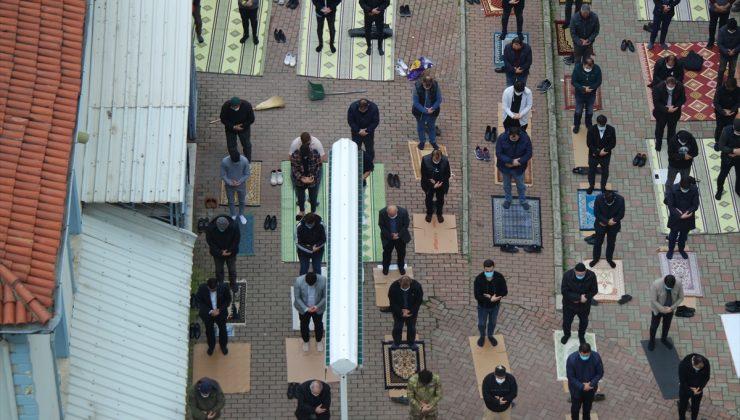 Bursa ve Kütahya'da ramazanın ilk cuması Kovid-19 önlemleriyle kılındı