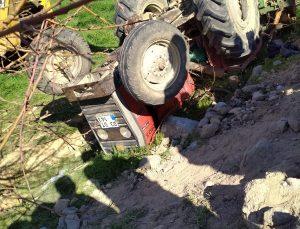 Afyonkarahisar'da devrilen traktördeki 2 kişi yaralandı