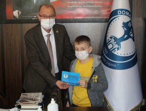 Domaniç'te yolda bulduğu parayı belediyeye teslim eden öğrenci ödüllendirildi