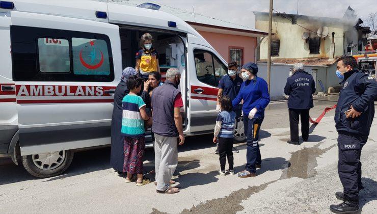 Erzincan'da yangın çıkan evdeki anne ile 3 çocuğunu vatandaşlar kurtardı