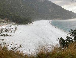 Fethiye'de sahil dolu yağışıyla beyaza büründü