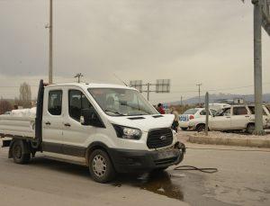Gediz'de otomobil ile kamyonet çarpıştı: 2 yaralı