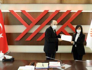 Göreve yeniden atanan İzmir Demokrasi Üniversitesi Rektörü Prof. Dr.  Tunçsiper mazbatasını aldı
