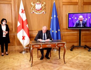 Gürcistan'da siyasi krizi sonlandıran anlaşma, iktidar ve muhalefet tarafından imzalandı