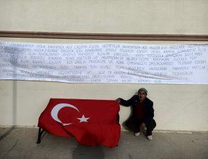Huzurevi sakini kendi hazırladığı pankart ile devlet yetkililerine teşekkür etti