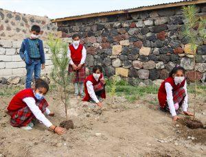 Iğdır'da şehit babasının talebi üzerine oğlunun adının yaşatıldığı okulun bahçesi ağaçlandırıldı