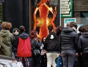 İngiltere'de Kovid-19 nedeniyle kapalı olan mağazalar ve berberler 97 günün ardından yeniden açıldı