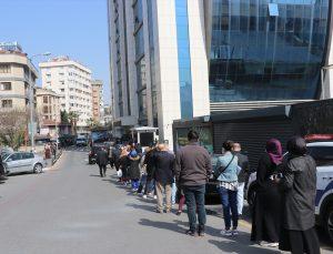 """İstanbul'da """"tam kapanma"""" öncesi kaymakamlıklar önünde """"seyahat izin belgesi"""" kuyruğu oluştu"""