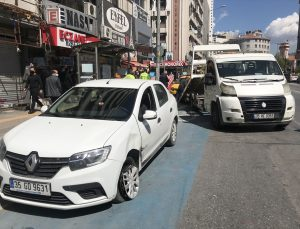 İzmir'de kazaya karışan taksi kontrolden çıkarak kaldırımdaki simit tezgahına çarptı: 1 yaralı