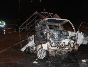 İzmir'de otomobil kamyonete çarptı: 2 yaralı