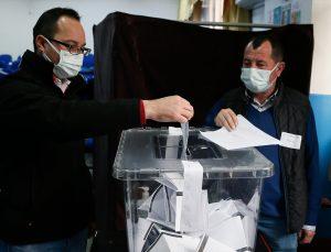 İzmir'deki Bulgaristan vatandaşları milletvekilliği seçimi için oy kullandı