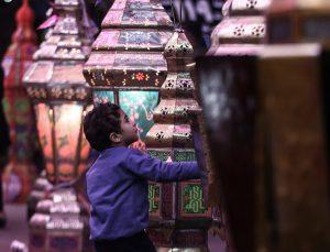 Kahire sokakları ramazan öncesi fenerler ve aydınlatmalarla ışıl ışıl
