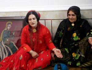 Kaşkay Türk kadınları, zorlu göç yolculuklarının son rotası yaylada geleneksel halılarını dokuyor