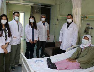 Kovid-19 tedavisinde 80 gün cihaza bağlı kalan kadın soluk borusu ameliyatıyla kurtuldu