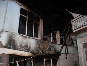 Manisa'da çıkan yangında ahşap ev kullanılamaz hale geldi