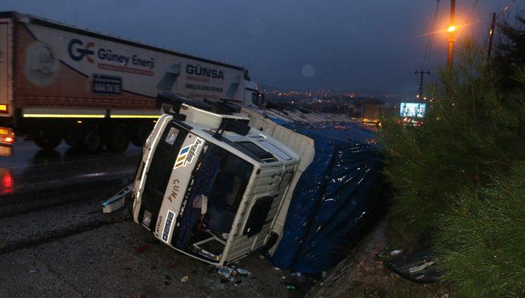 Manisa'da tır ile kamyonetin çarpışması sonucu 4 kişi yaralandı