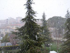 Manisa'nın yüksek kesimlerine kar yağdı