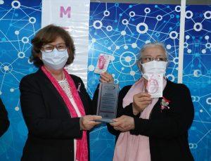 İzmir'de koltuk altı lenf bezi alınan meme kanseri hastaları için pembe bileklik