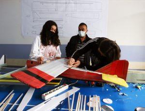 Model uçak tasarlayan liseliler, TEKNOFEST'te başarılı olmayı hedefliyor