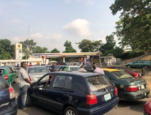 Nijerya'da benzine zam yapılmayacağının açıklanmasının ardından benzin istasyonlarının önünde kuyruklar oluştu