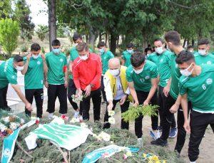 Serik Belediyesporlu futbolcular, vefat eden kulüp başkanı Ali Aksu'nun mezarını ziyaret etti