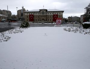 Kayseri, Sivas, Nevşehir, Yozgat ve Niğde'de kar yağışı etkili oluyor