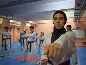 Tekvando antrenörü Hakan öğretmen okulun bodrum katında milli sporcular yetiştiriyor
