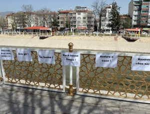 """Tokat'ta bir kadın 5 dilde """"eve git"""" çağrısı yaptığı kağıtlarla vatandaşları uyardı"""