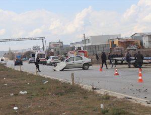 Uşak'ta iki otomobil çarpıştı: 3 yaralı