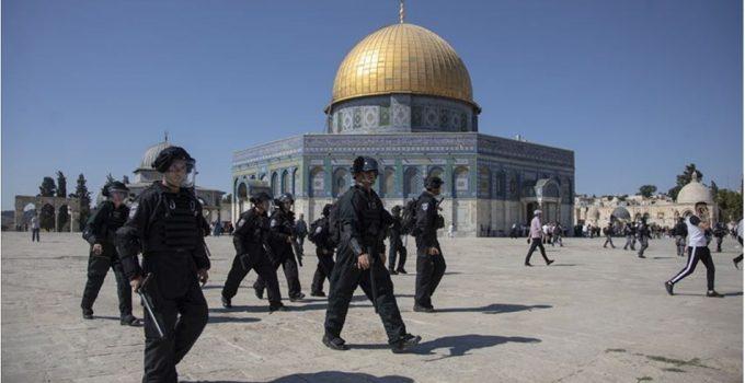 Fanatik Yahudiler İsrail polisi eşliğinde bir kez daha Mescid-i Aksa'ya baskın düzenledi