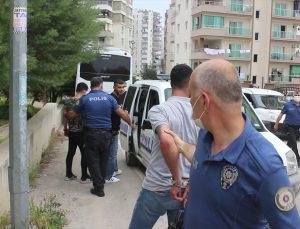 """Adana'da polisin """"dur"""" ihtarına uymayarak kaçmaya çalışan 5 şüpheli cami avlusunda yakalandı"""