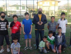 Afyonkarahisar'da çocuklar çektikleri videoyla belediye başkanından halı sahalarını yenileme sözü aldı