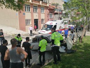 Afyonkarahisar'da duvara çarpan otomobildeki 3 kişi yaralandı