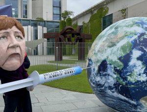 Almanya'da Merkel'in aşılarda fikri mülkiyet haklarının kaldırılmasına karşı tutumu protesto edildi