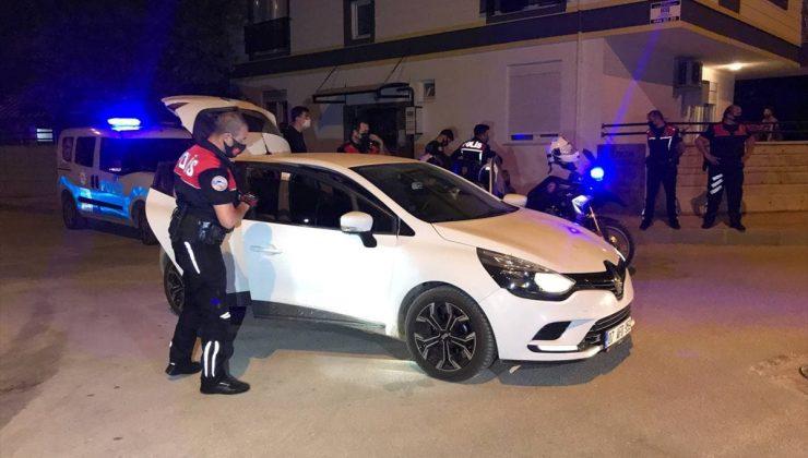 """Antalya'da """"dur"""" ihtarına uymayarak polisten kaçan araçtaki 2 kişiye 11 bin lira ceza kesildi"""