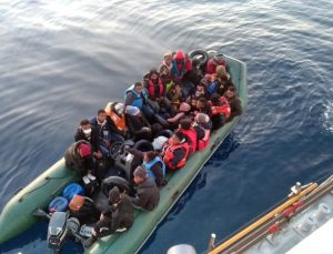 Arıza nedeniyle denizin ortasında kalan lastik bottaki 28 düzensiz göçmen kurtarıldı