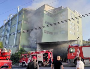 Arnavutköy'de bir fabrikada çıkan yangına itfaiye ekipleri müdahale ediyor