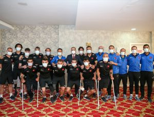 Bakan Kasapoğlu, Ampute Futbol Milli Takım kampını ziyaret etti