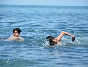 Batı Karadeniz'in incisi Akçakoca'da sıcak havayı fırsat bilenler denizin keyfini çıkardı