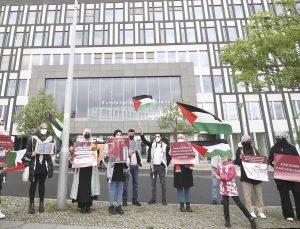 Berlin'de yaşayan Filistinliler Alman medyasının İsrail yanlısı haberlerini protesto etti