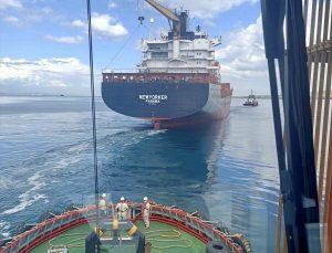 Çanakkale Boğazı'nda makine arızası nedeniyle sürüklenen konteyner gemisi güvenli bölgeye çekildi