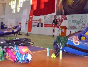 """Dalaman'da """"Sporla Hayat Değişiyor"""" projesi kapsamında okullara spor malzemeleri verildi"""