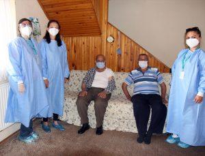Denizli'de yaşlılara evde aşı çalışmaları devam ediyor