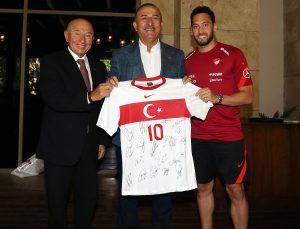Mevlüt Çavuşoğlu ve Mehmet Muharrem Kasapoğlu, A Milli Futbol Takımı'nı ziyaret etti
