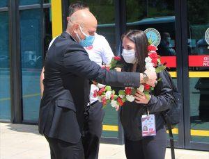 Dünya Şampiyonası'nda 3 altın madalya kazanan milli halterci Cansu Bektaş, çiçeklerle karşılandı