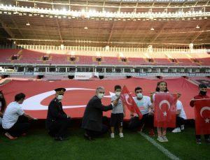 Eskişehir'de 33 bin kişilik stadın ortasında dev Türk bayrağı açıldı