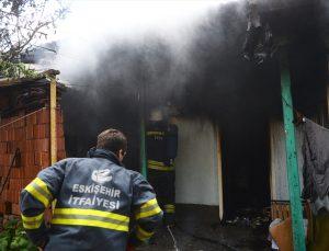 Eskişehir'de yangın çıkan evinde mahsur kalan yaşlı adamı komşusu kurtardı