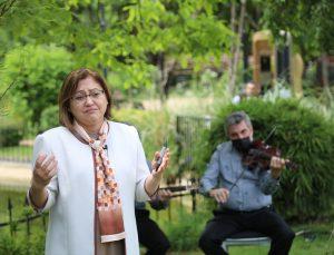 Gaziantep Büyükşehir Belediye Başkanı Fatma Şahin anneler için şiir okurken gözyaşlarını tutamadı:
