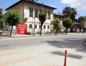 Adana, Mersin, Hatay, Osmaniye'de cadde ve sokaklar sessizliğe büründü