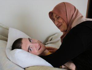 """Hayatını """"nefesim"""" dediği serebral palsi hastası oğlunu adadı"""